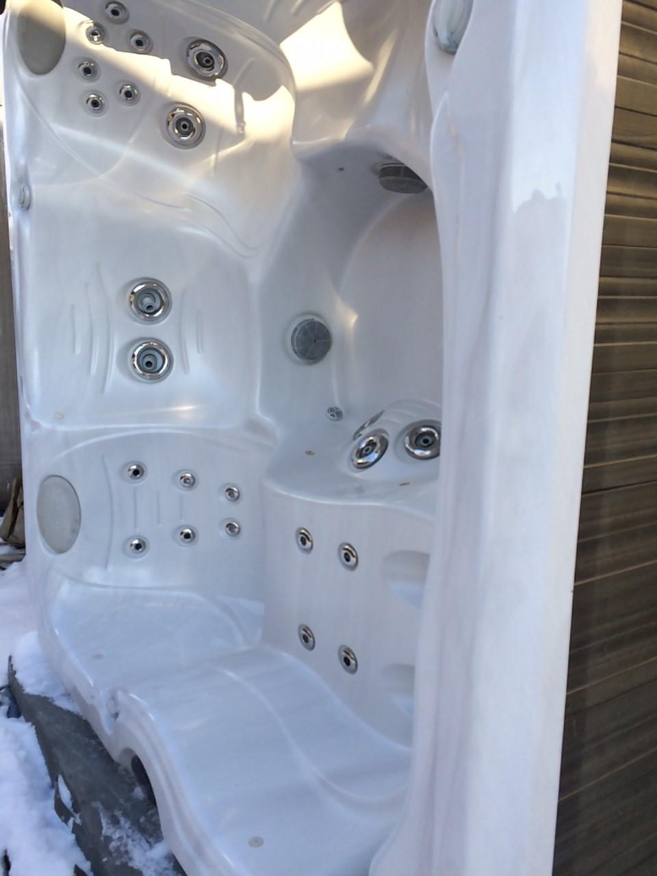 2012 J235 Hot Tub in Manitoba